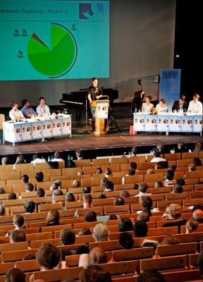 Finale der Deutschen Meisterschaft 2010 im British Parliamentary Style: links die Regierung, rechts die Opposition